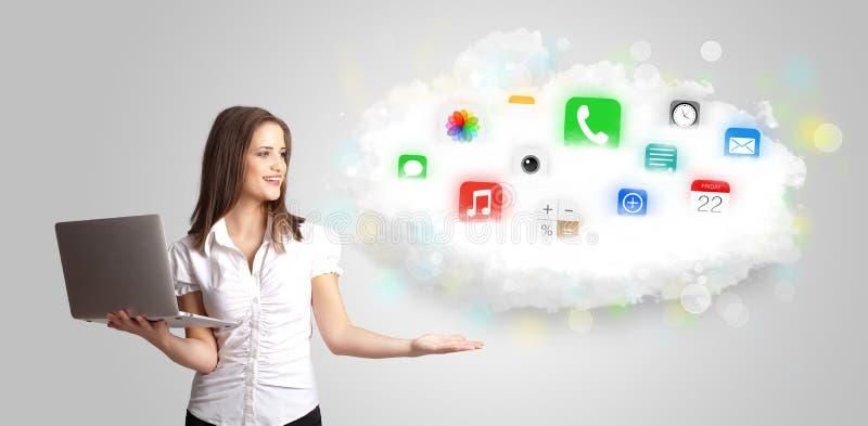 Jovem mulher que apresenta a nuvem com ícones coloridos e símbolos do app ilustração royalty free