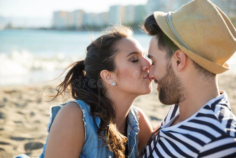 Jovem mulher que beija seu nariz do noivo imagens de stock