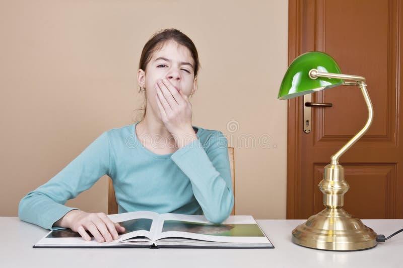 Jovem mulher que boceja fotos de stock royalty free