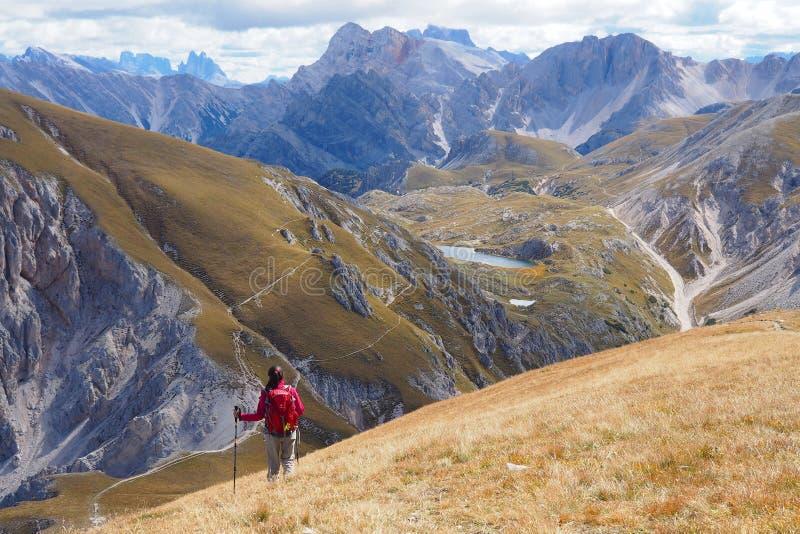 Jovem mulher que caminha na paisagem larga da montanha fotografia de stock royalty free