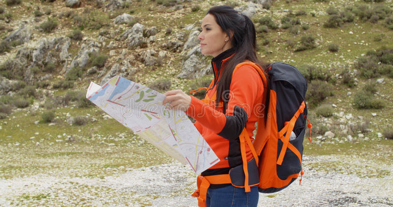 Jovem mulher que caminha usando um mapa imagens de stock