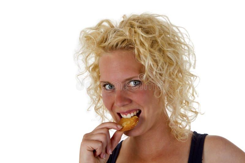 Jovem mulher que come o biscoito fotos de stock