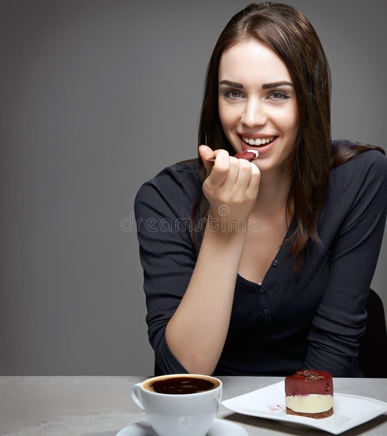 Jovem mulher que come o bolo de chocolate fotografia de stock