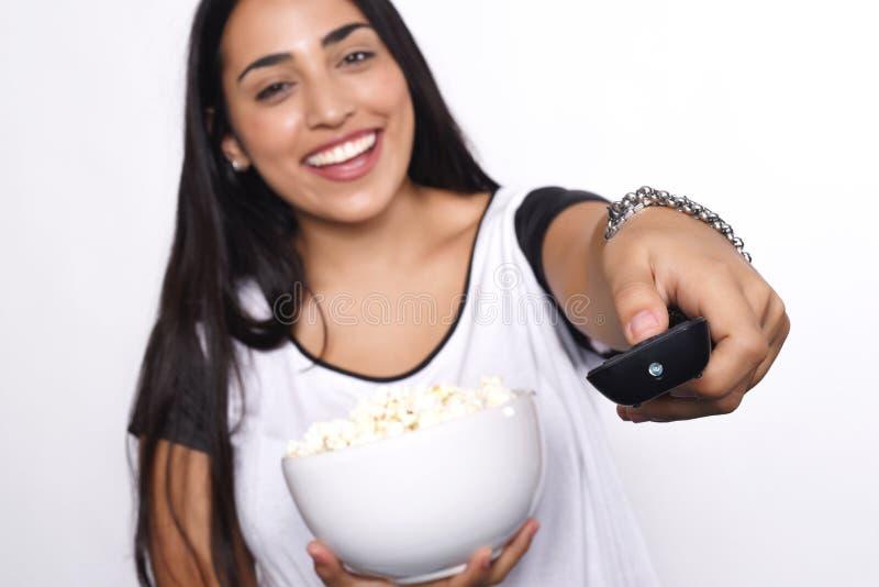 Jovem mulher que come a pipoca fotos de stock royalty free