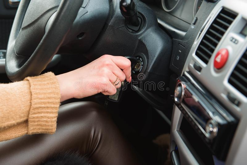 A jovem mulher que conduz seu carro, senhora conduz o carro ocasionalmente imagens de stock royalty free
