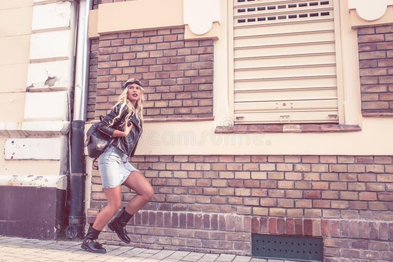 Jovem mulher que corre através da rua imagens de stock