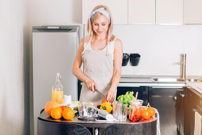 Jovem mulher que cozinha na cozinha fotografia de stock royalty free