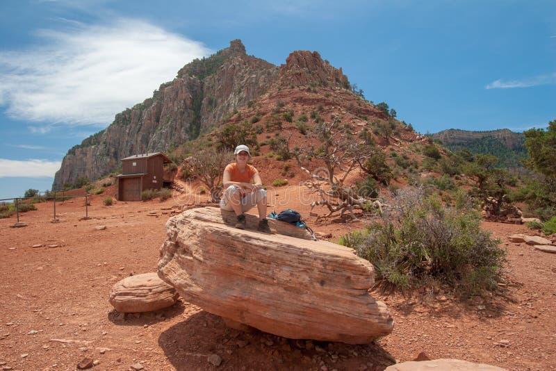 Jovem mulher que descansa em Cedar Ridge em Grand Canyon fotos de stock royalty free