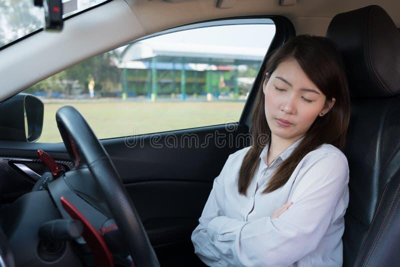 Jovem mulher que dorme no carro foto de stock