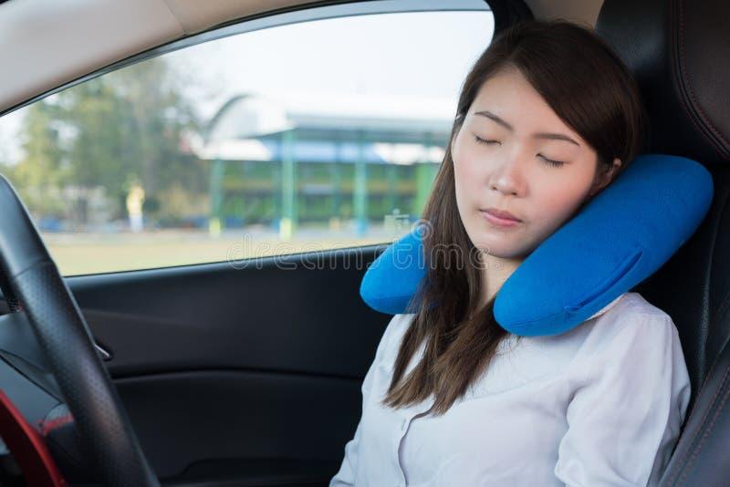 Jovem mulher que dorme no carro foto de stock royalty free