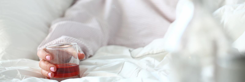 Jovem mulher que encontra-se em b?bado mortal da cama foto de stock royalty free