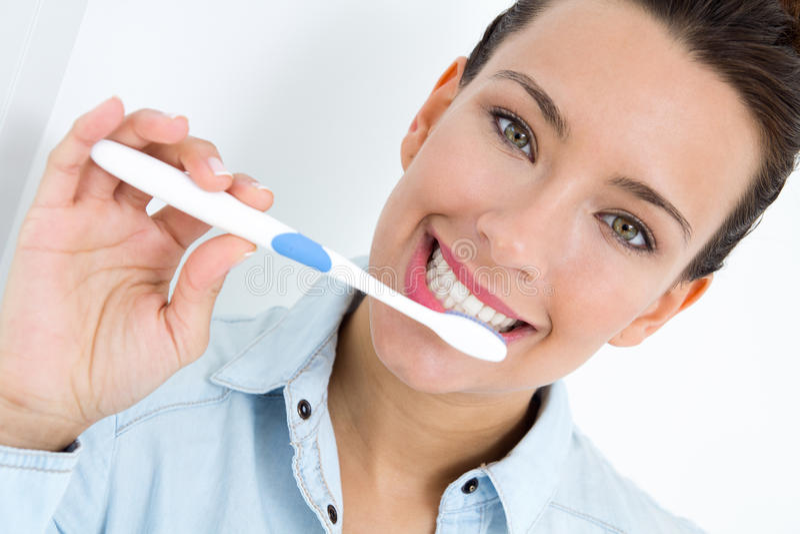 Jovem mulher que escolhe seus dentes