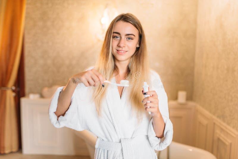 Jovem mulher que escova seus dentes com escova de dentes foto de stock royalty free