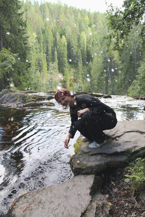 Jovem mulher que espirra a água foto de stock royalty free