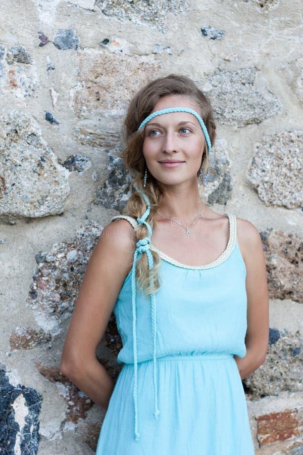 Jovem mulher que está com as paredes de pedra medievais atrás fotos de stock royalty free