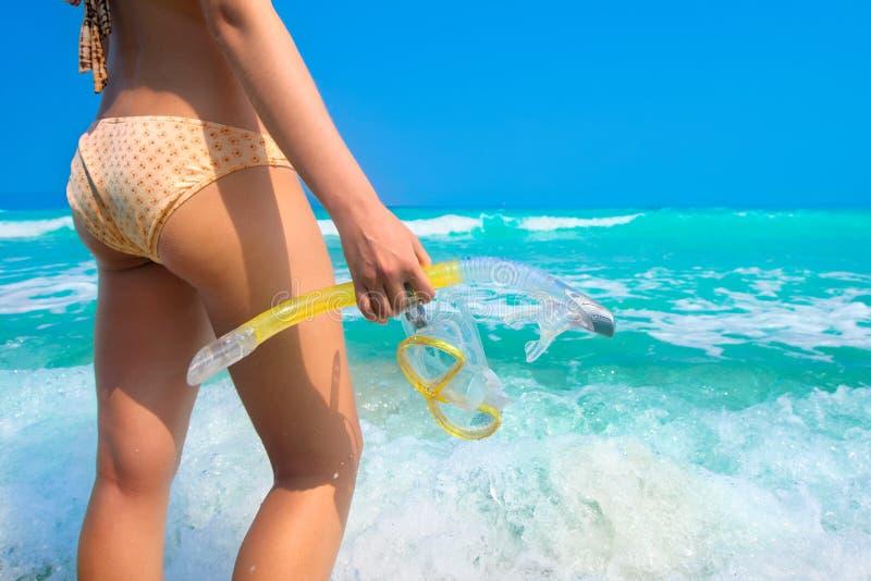 Jovem mulher que está na praia com mergulhar a engrenagem imagens de stock
