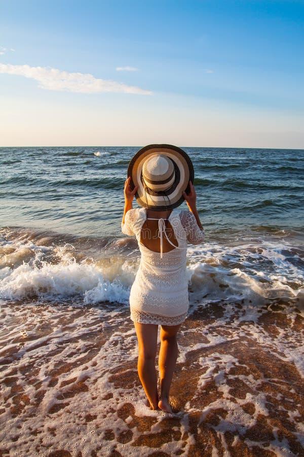 Download Jovem Mulher Que Está No Mar Que Anticipa Foto de Stock - Imagem de oceano, sunlight: 29834052