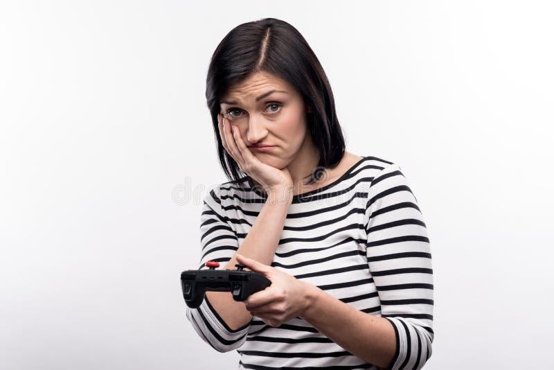 Jovem mulher que está sendo virada a perda no jogo de vídeo imagem de stock royalty free