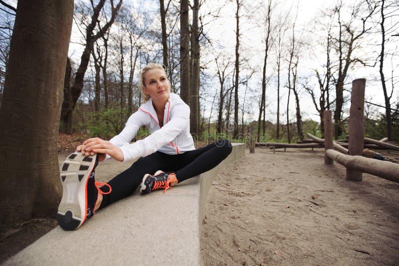 Jovem mulher que exercita na natureza fotografia de stock royalty free
