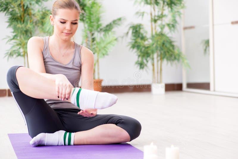 A jovem mulher que exercita no salão de esportes no conceito saudável fotografia de stock royalty free