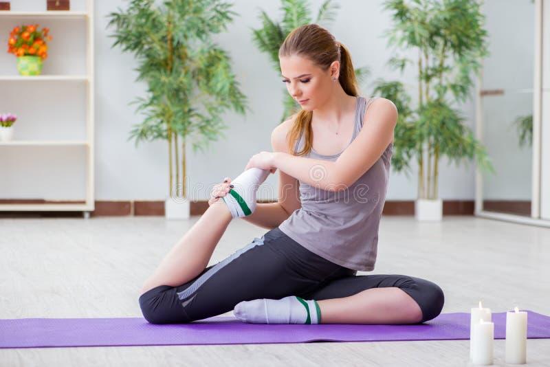 A jovem mulher que exercita no salão de esportes no conceito saudável fotos de stock royalty free