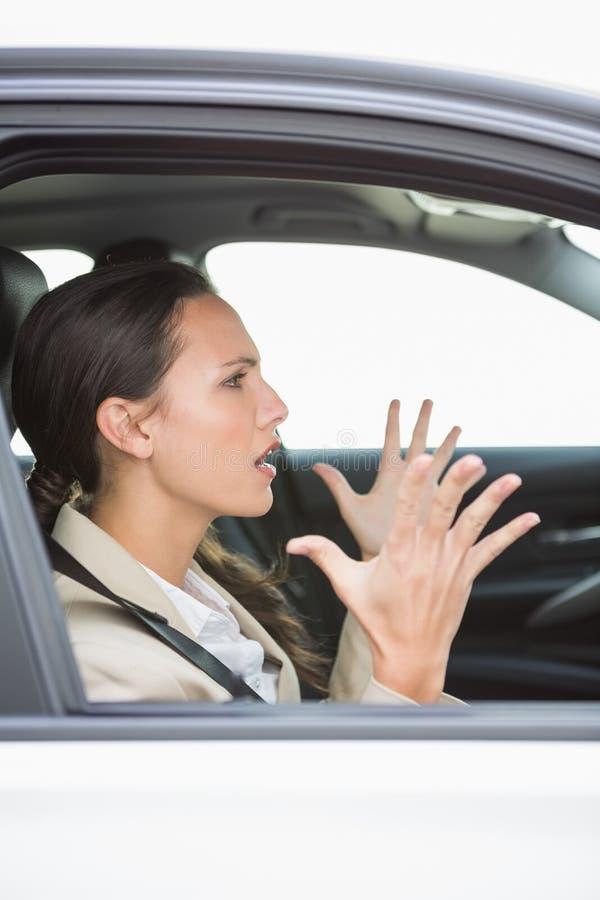 Jovem mulher que experimenta a raiva da estrada imagem de stock royalty free