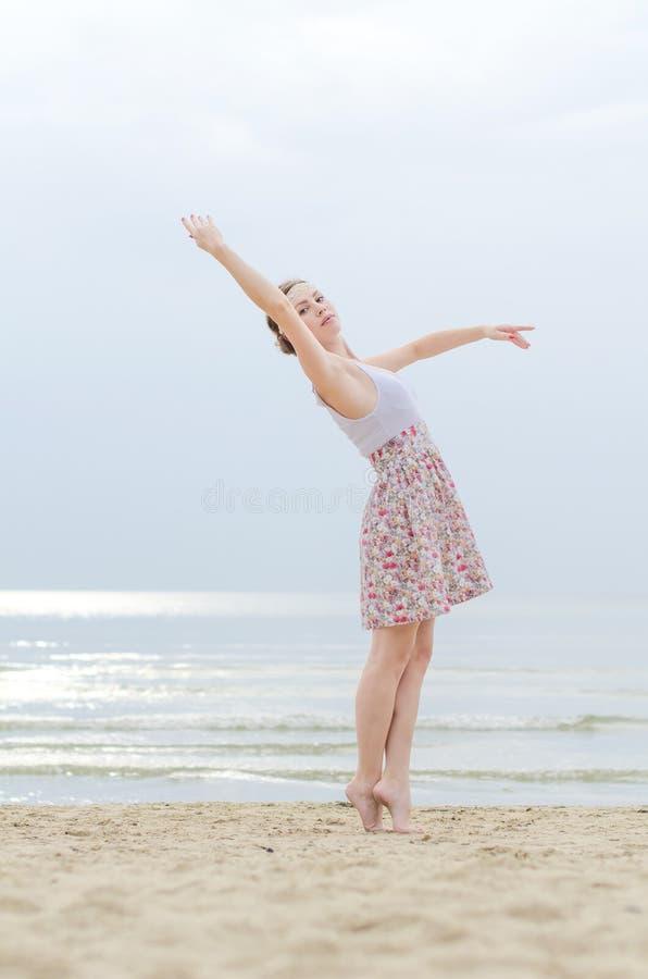 Jovem mulher que faz elementos da dança imagem de stock royalty free