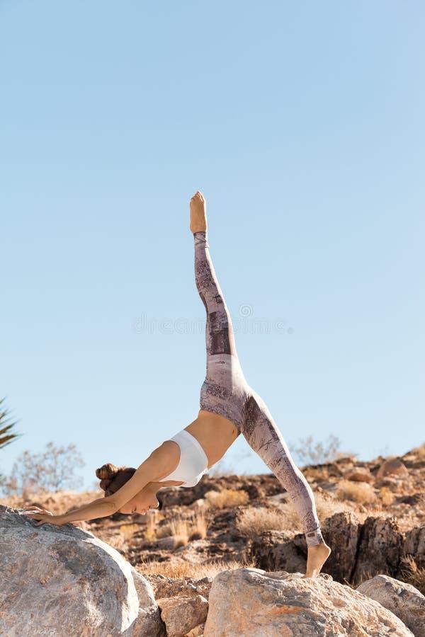 Jovem mulher que faz estar rachado durante sua prática da ioga, conceito saudável da vida imagem de stock royalty free