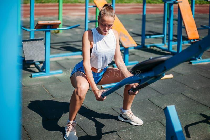Jovem mulher que faz esticando o exercício no gym imagem de stock royalty free