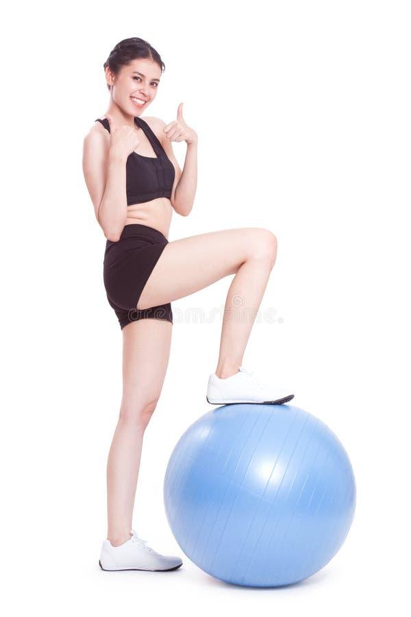 Jovem mulher que faz exercícios com bola da aptidão fotos de stock