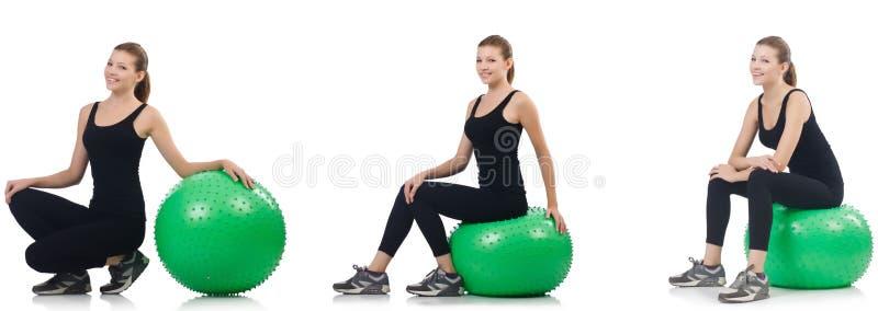 Jovem mulher que faz exerc?cios com fitball imagem de stock
