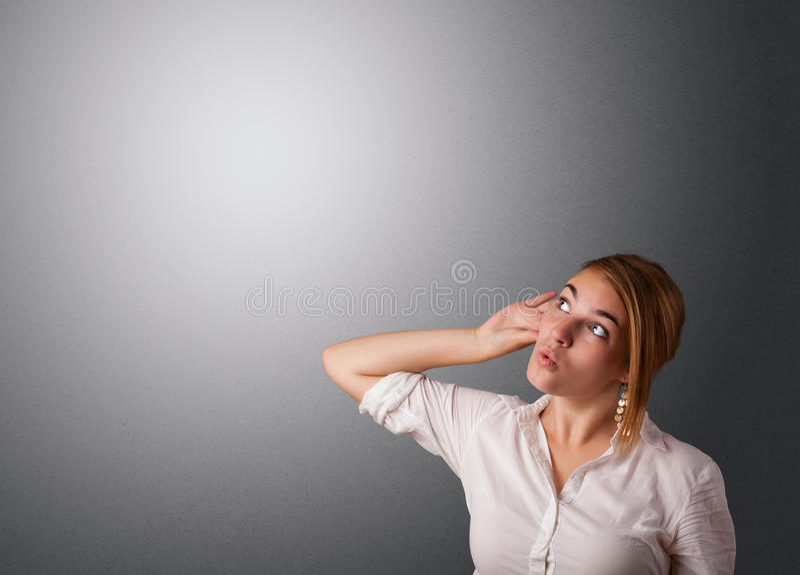 Jovem mulher que faz gestos foto de stock royalty free