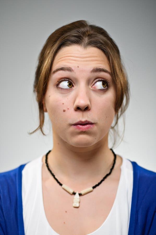 Jovem mulher que faz hmm a cara foto de stock royalty free
