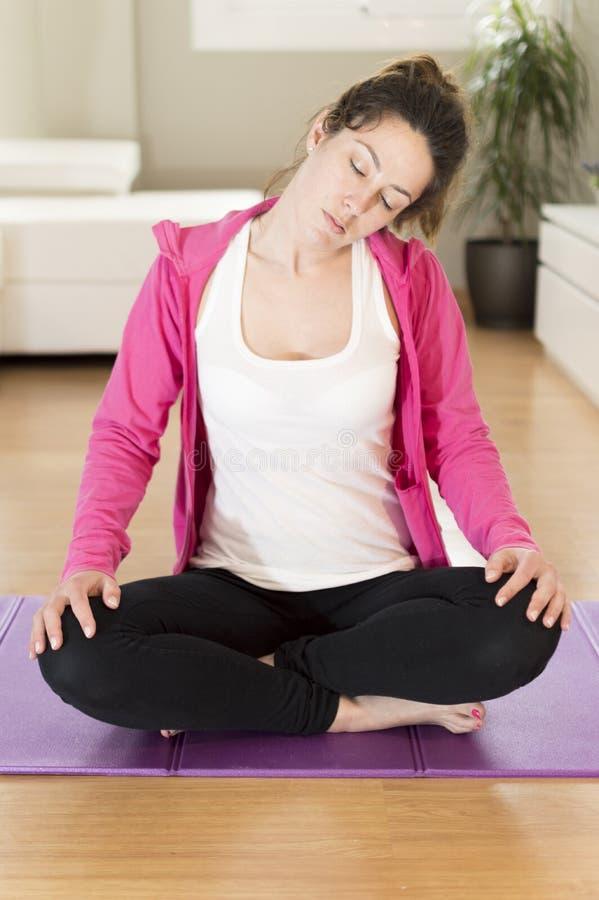 Jovem mulher que faz a ioga que estica o exercício fotos de stock