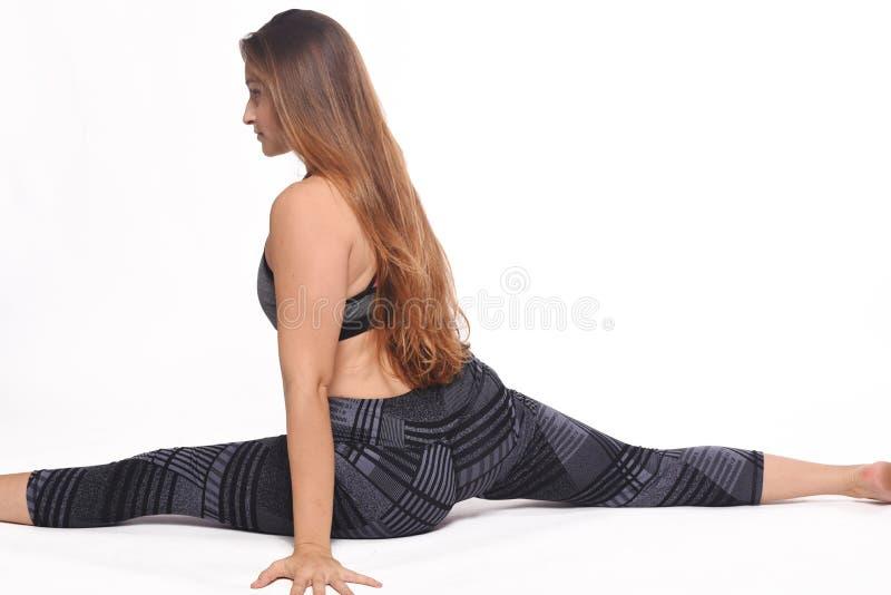 Jovem mulher que faz o exercício fotos de stock