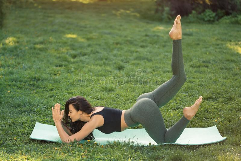 Jovem mulher que faz o exercício para esticar o corpo imagens de stock royalty free
