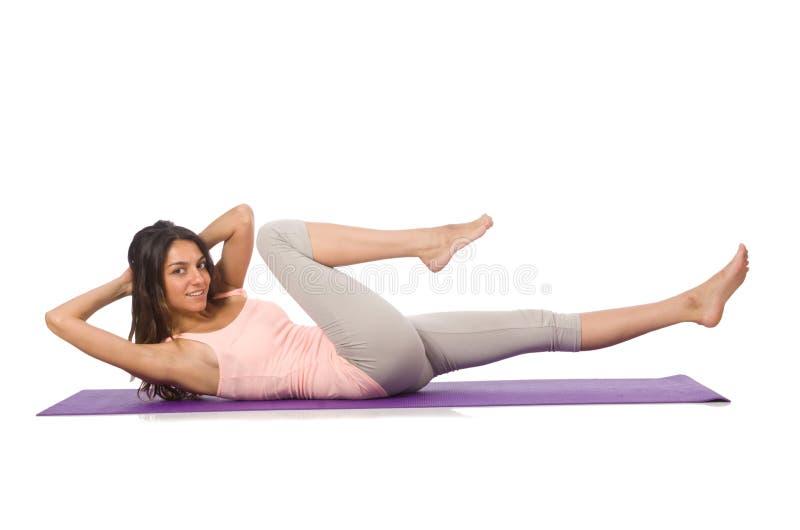 Jovem mulher que faz os exercícios do esporte isolados imagem de stock