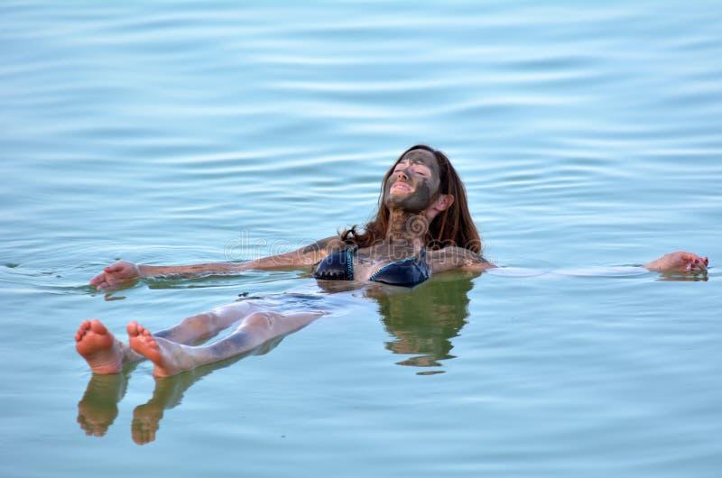 Jovem mulher que flutua no Mar Morto, Israel imagens de stock royalty free