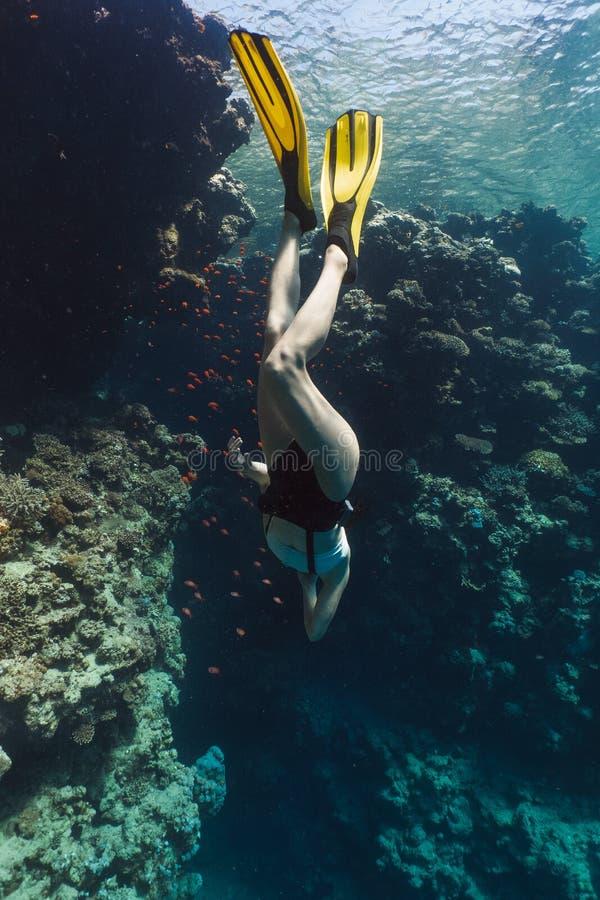Jovem mulher que freediving nas cavernas em Egito imagens de stock