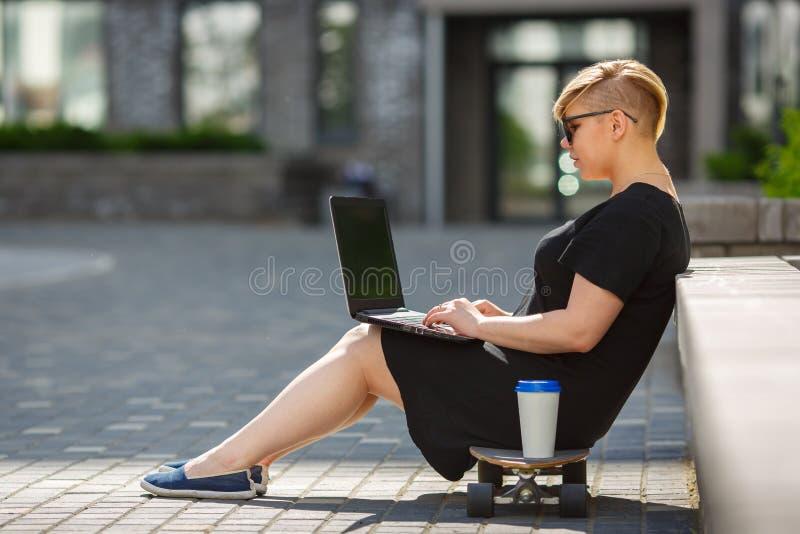 Jovem mulher que freelancing com portátil, corretor de imóveis fotos de stock royalty free