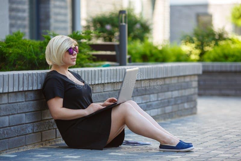 Jovem mulher que freelancing com portátil, corretor de imóveis fotos de stock