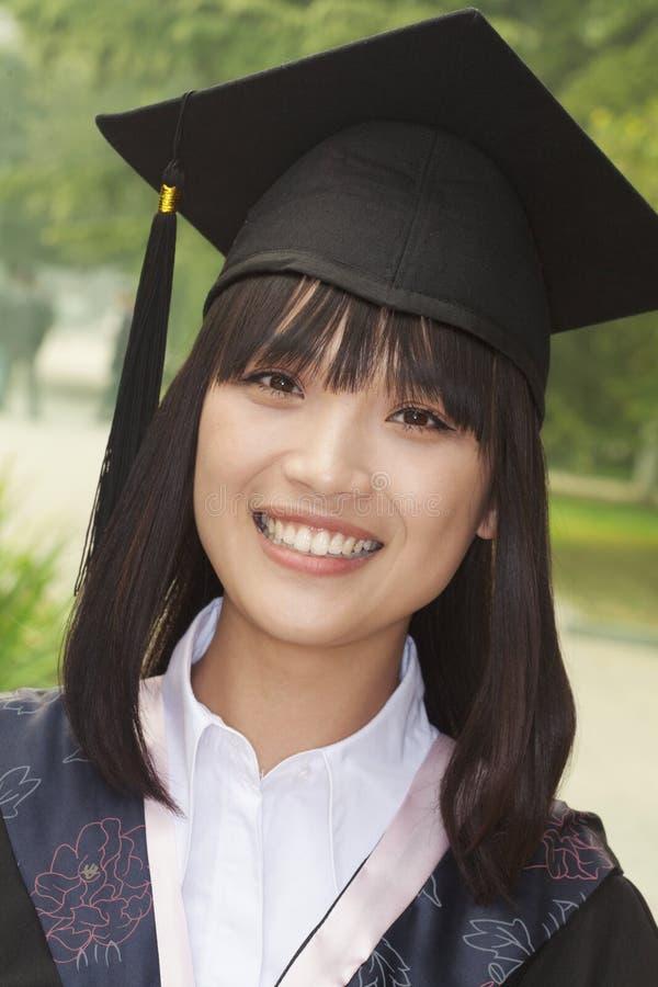 Jovem mulher que gradua-se da universidade, retrato do close-up imagens de stock royalty free