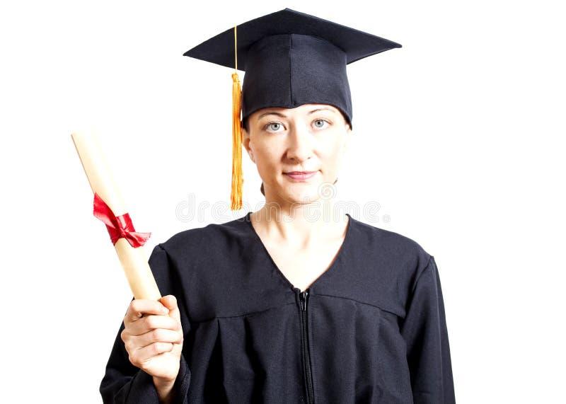 Jovem mulher que gradua-se guardando o diploma imagem de stock