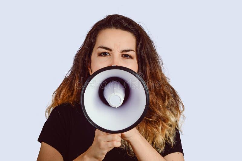 Jovem mulher que grita em um megafone imagem de stock royalty free