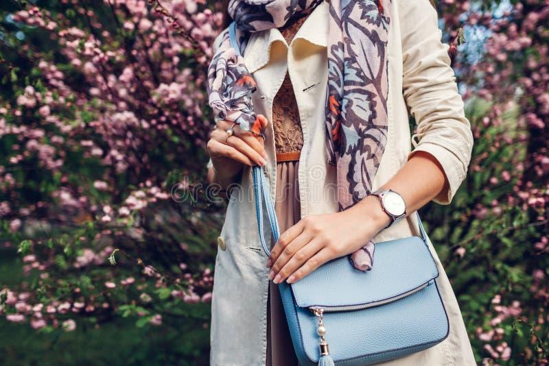 Jovem mulher que guarda a bolsa à moda e que veste o equipamento na moda Roupa e acess?rios f?meas da mola Forma imagem de stock