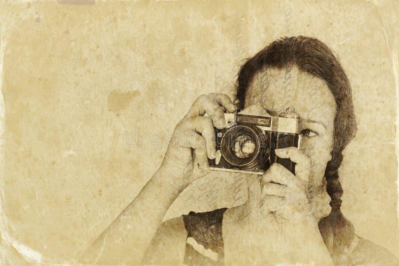 Jovem mulher que guarda a câmera velha imagem filtrada, foto do estilo antigo imagens de stock royalty free