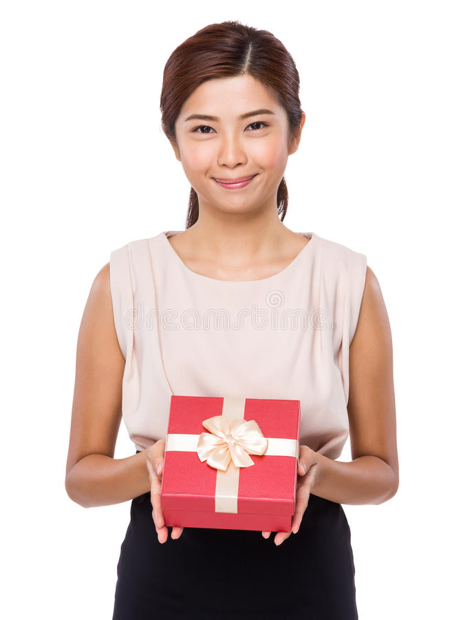 Jovem mulher que guarda com caixa de presente fotos de stock