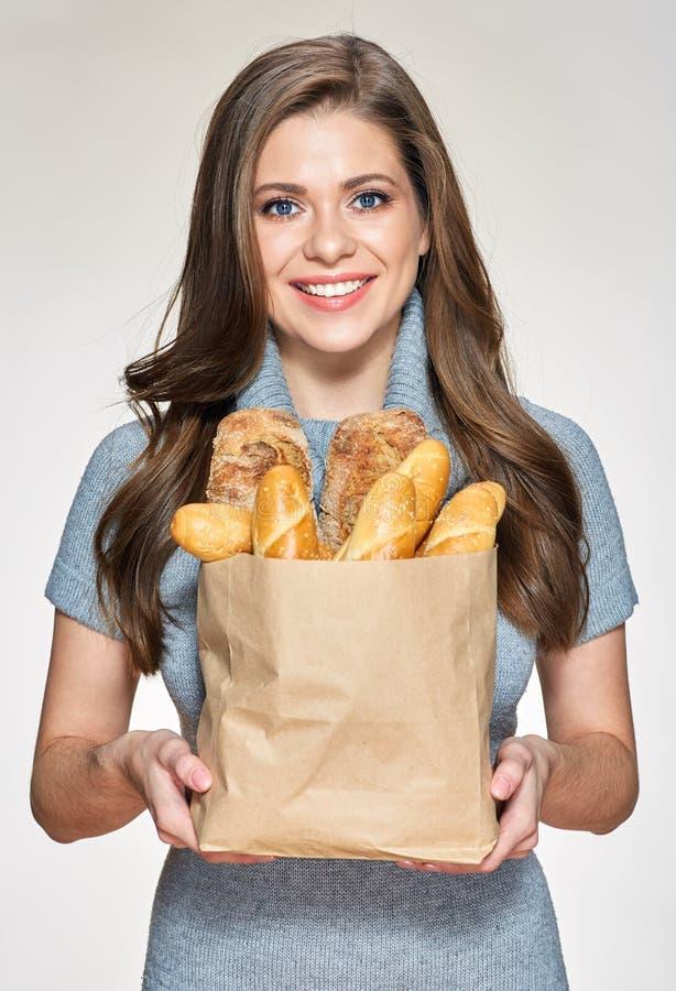 Jovem mulher que guarda a compra de papel com pão imagens de stock