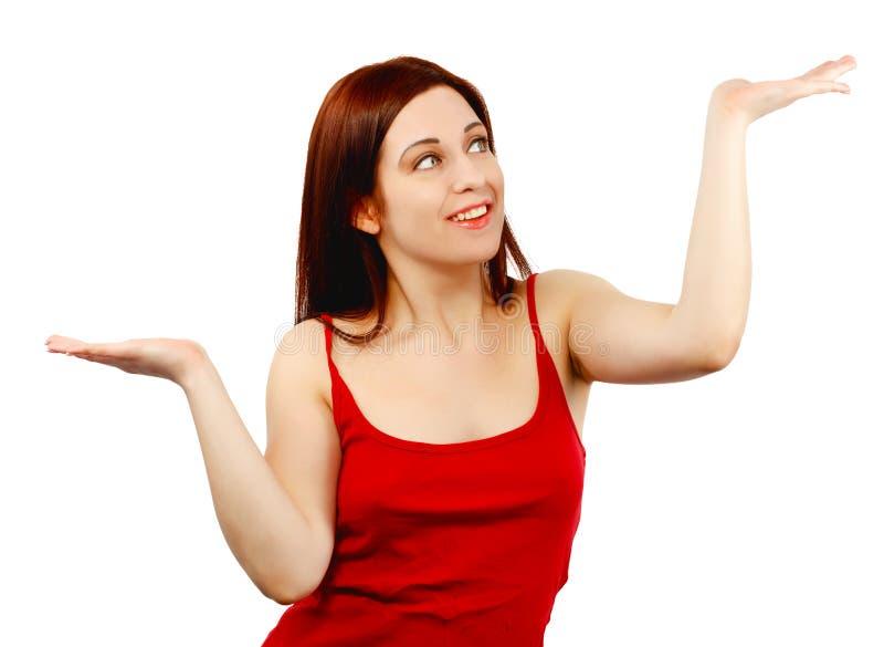 A jovem mulher que guarda a distribui como se equilibrando ou pesando assim fotos de stock