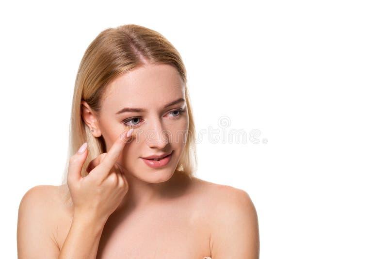 Jovem mulher que guarda a lente de contato no indicador com espaço da cópia Cara ascendente próxima da mulher bonita saudável apr imagens de stock royalty free